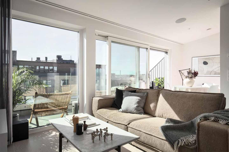 soggiorno piccolo con ampie vetrate