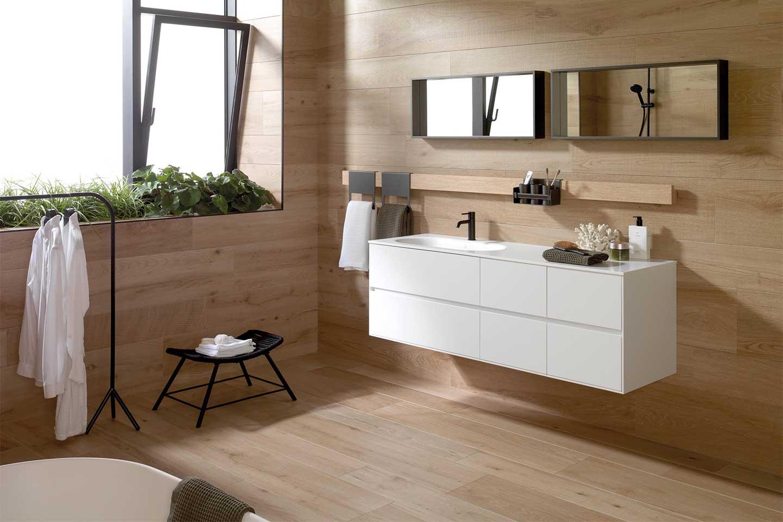 bagno moderno rivestito in legno