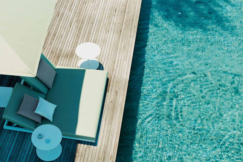 lettino doppio a bordo piscina