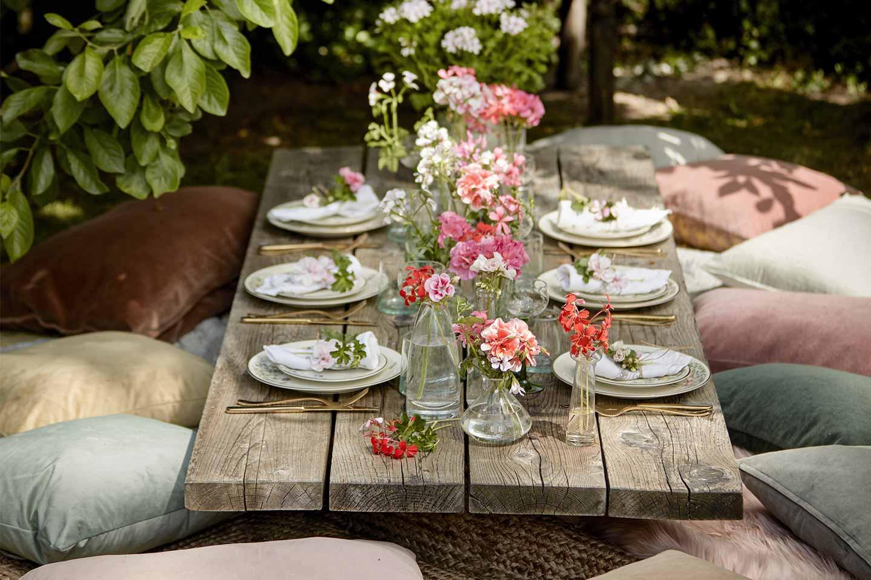 tavola estiva con gerani colorati