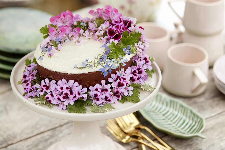 torta decorata con fiori di gerani
