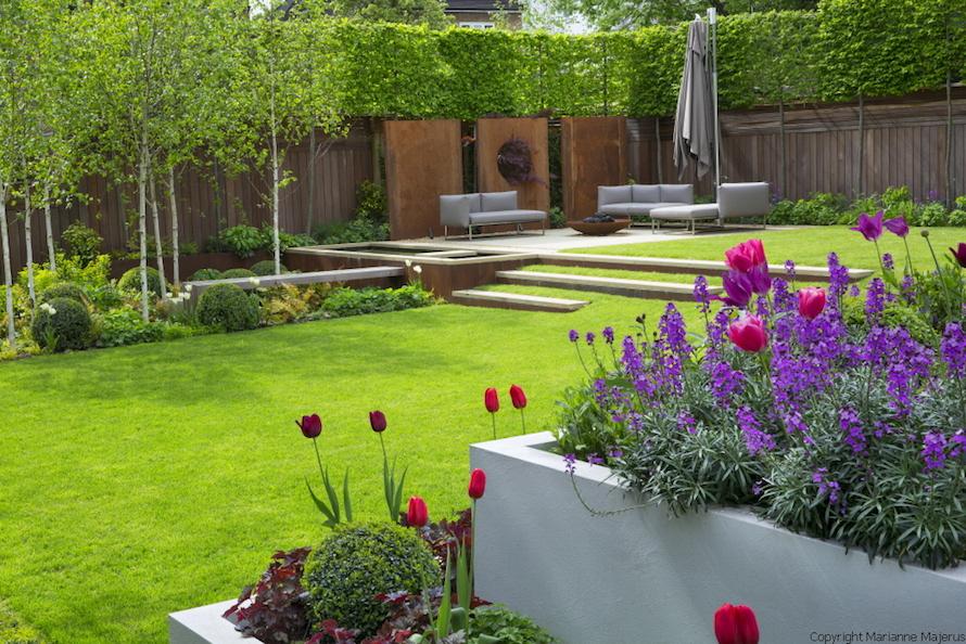 giardino di casa con piante e fiori