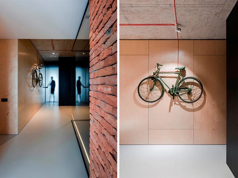 parete mattoni e legno ingresso loft