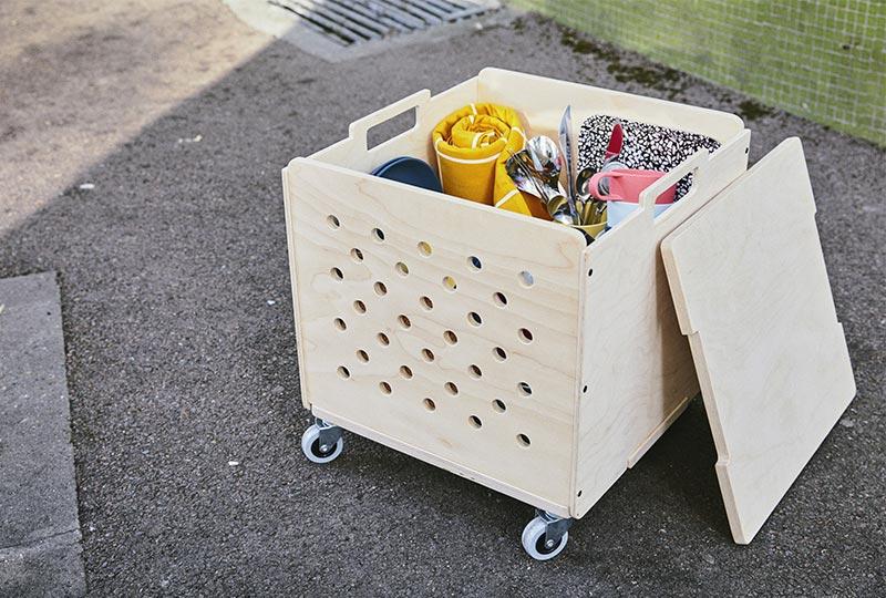 contenitore in legno su ruote con coperchio
