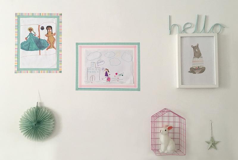 disegni bambini appesi a parete