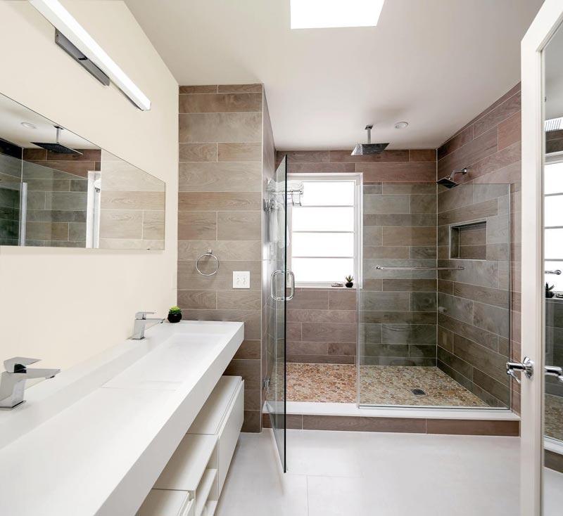 bagno in stile contemporaneo e minimalista con nicchia in doccia