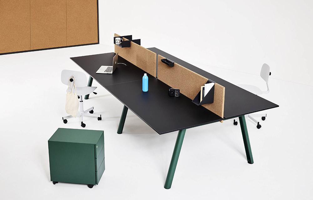 scrivania per worspace con pannello divisorio in sughero