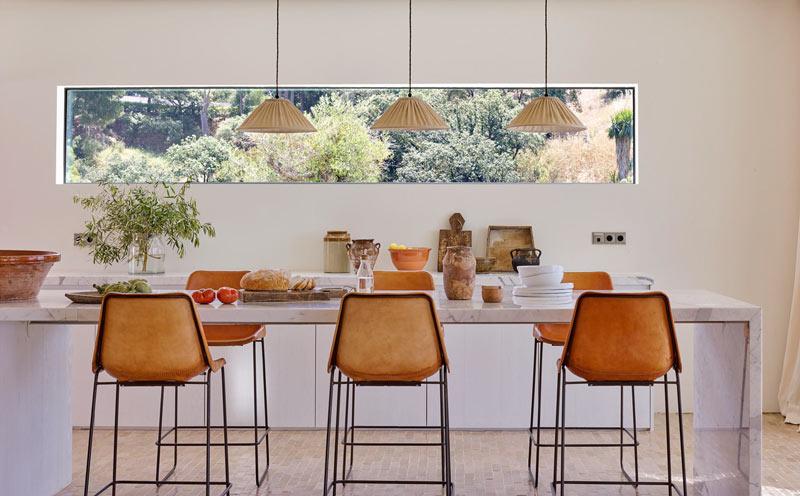 cucina con piano di lavoro in marmo