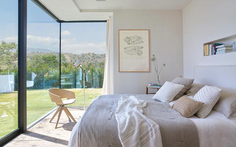 pareti vetrate nella camera da letto