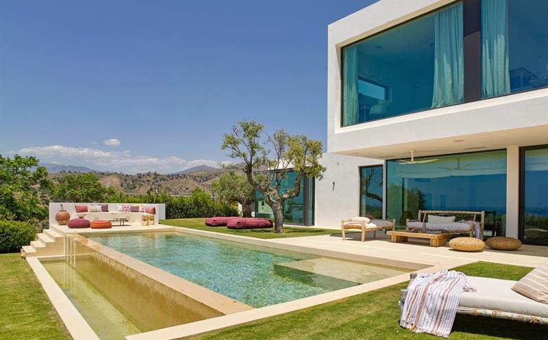 giardino con piscina di una villa moderna