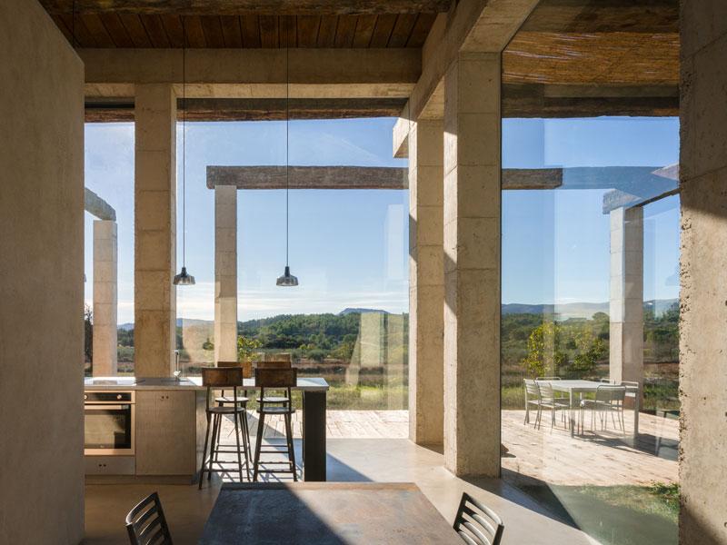 casa con grandi pareti vetrate