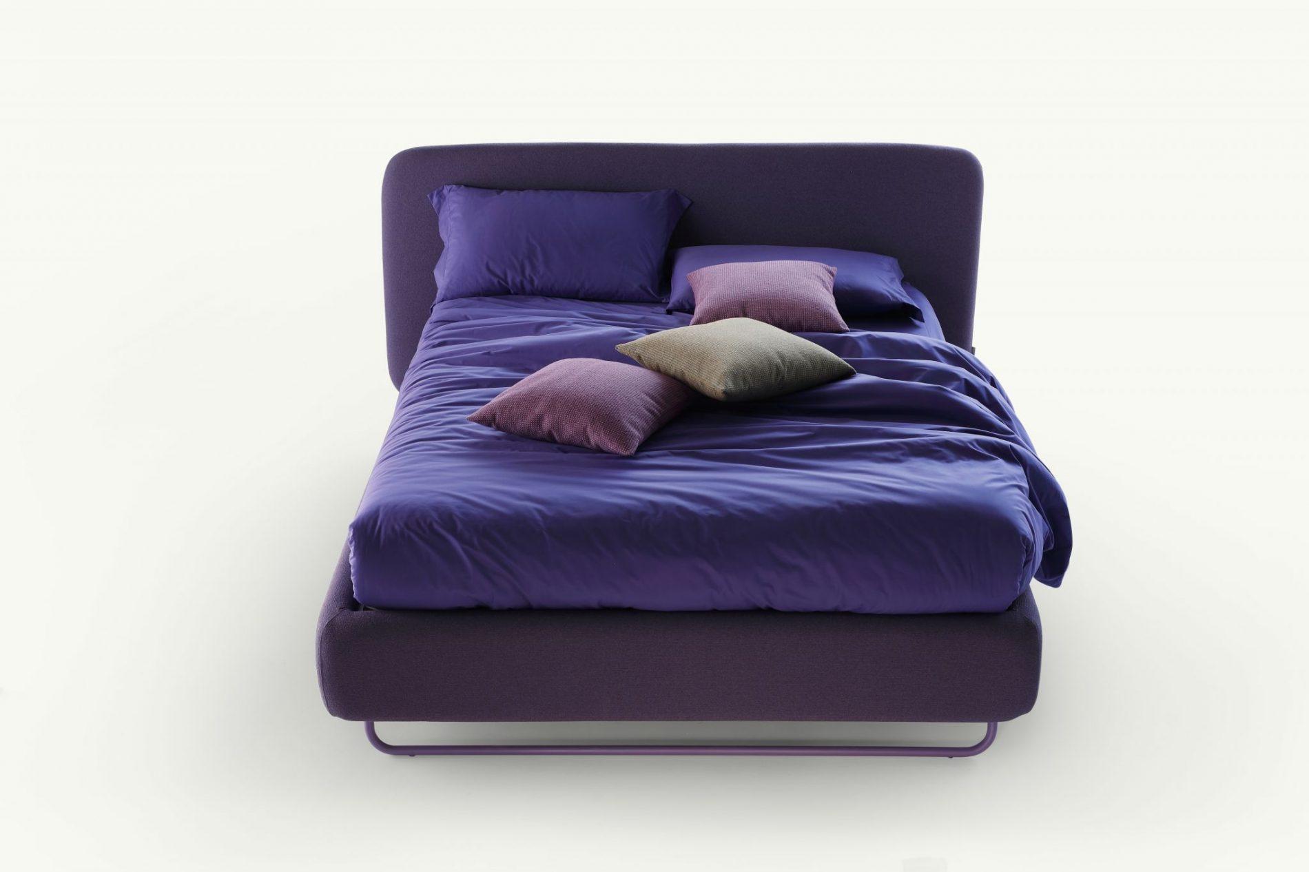 letto in tessuto di colore viola