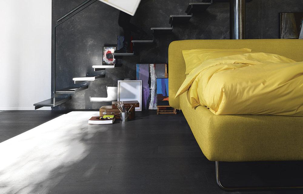 camera con letto imbottito giallo