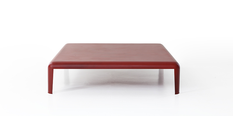 tavolino basso di colore rosso