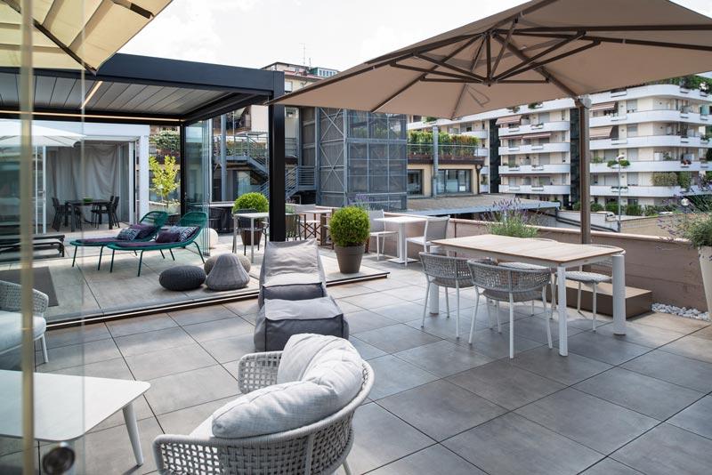 terrazza arredata con soluzioni di design