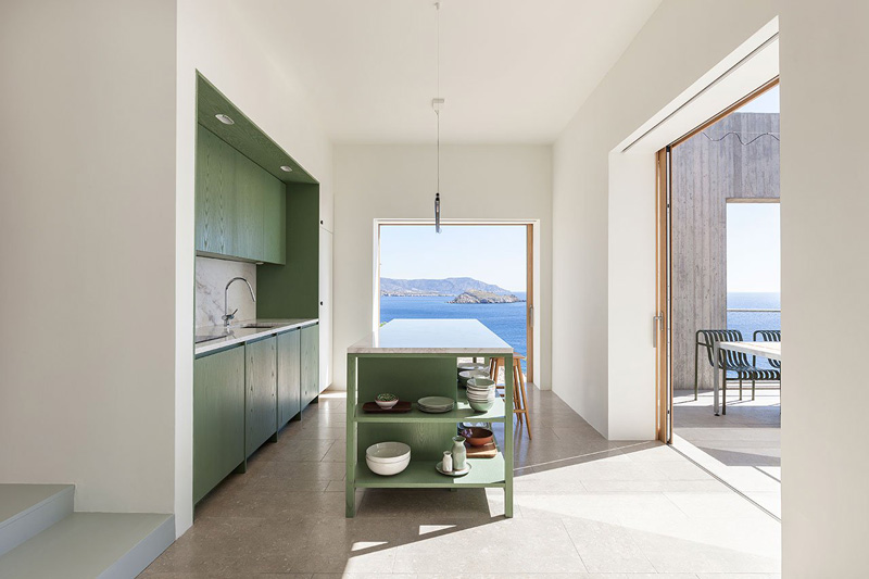 cucina con mobili di colore verde - Patio House