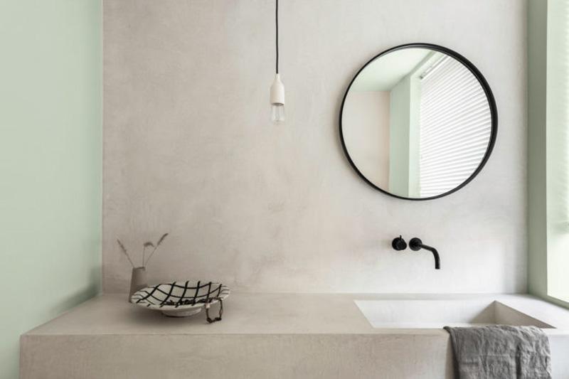 bagno con pareti cemento e color tranquil dawn
