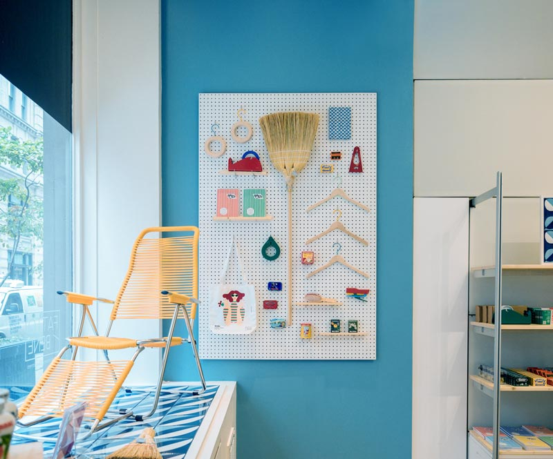 allestimento vetrina al MoMA Design Store do Soho