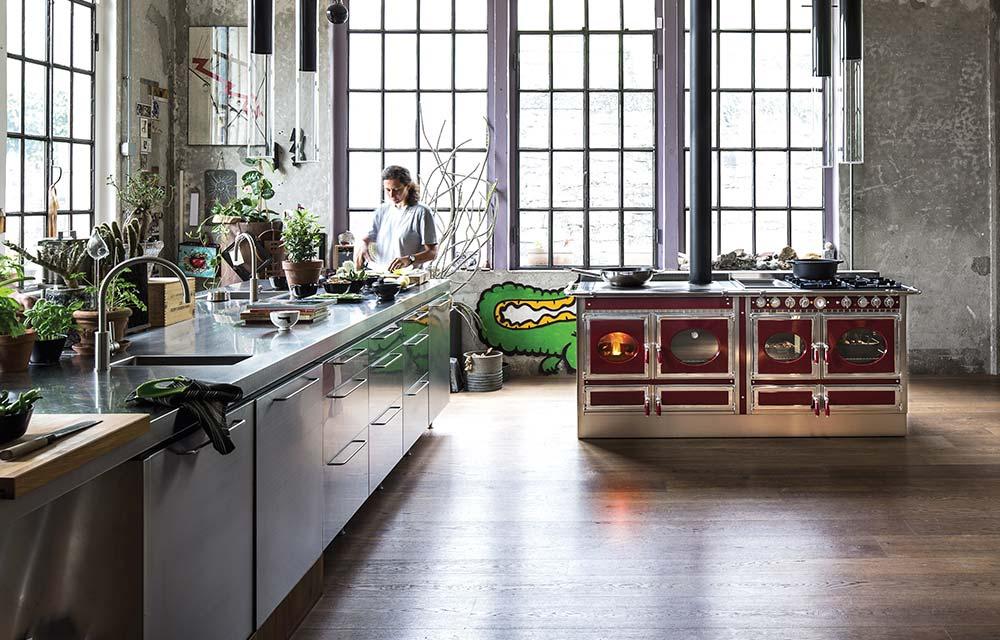cucina a legna in un loft industriale