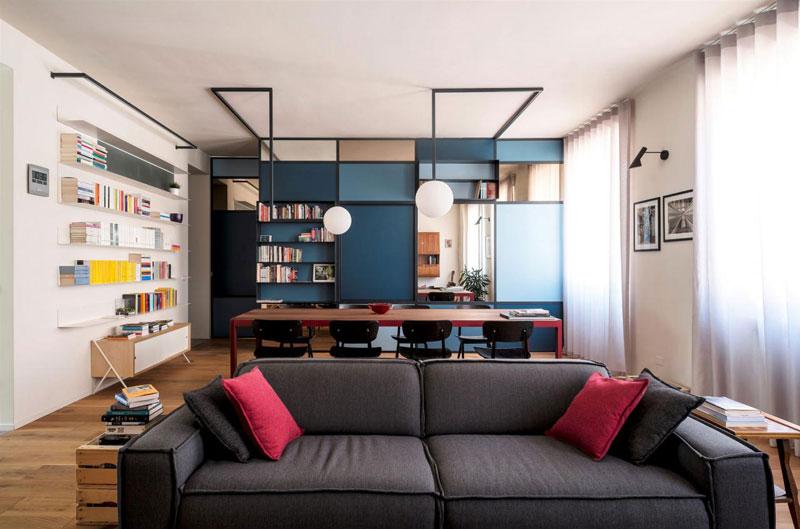 soggiorno con libreria che funge da parete divisoria