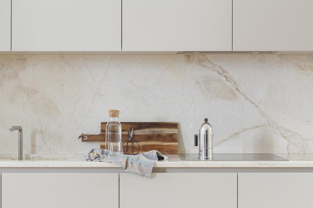 cucina con top e paraspruzzi in marmo Calcatta oroarmo