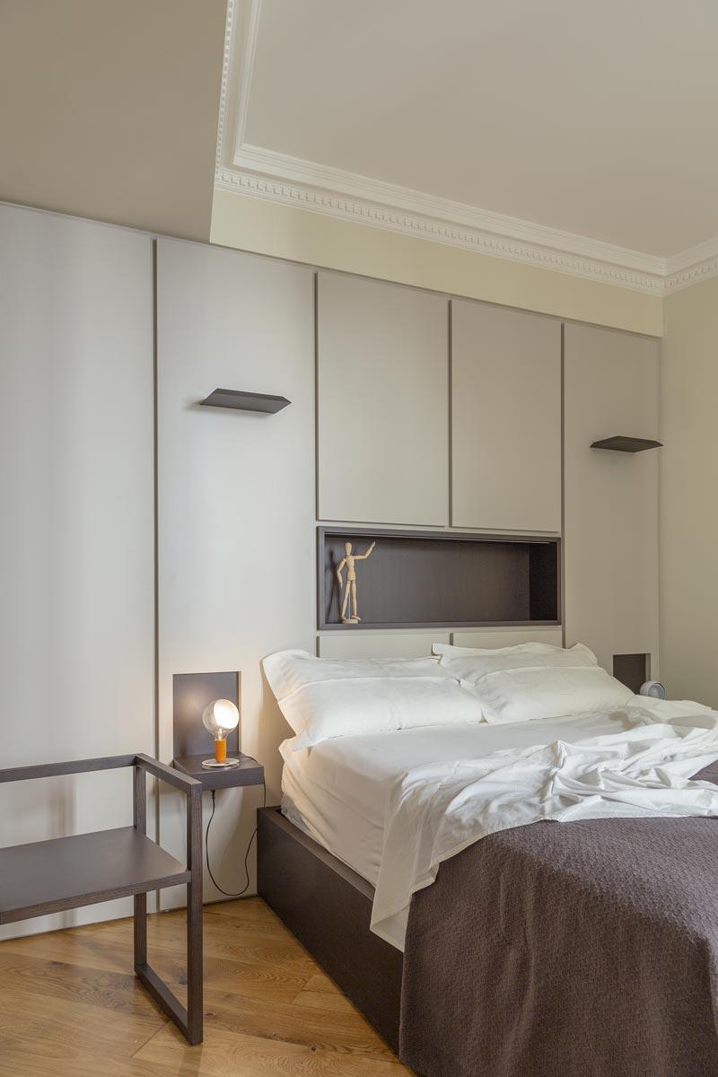 camera da letto con boiserie chiara