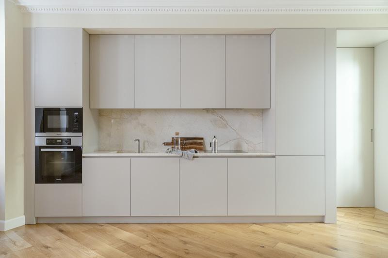 cucina bianca con piano e paraspruzzi in marmo