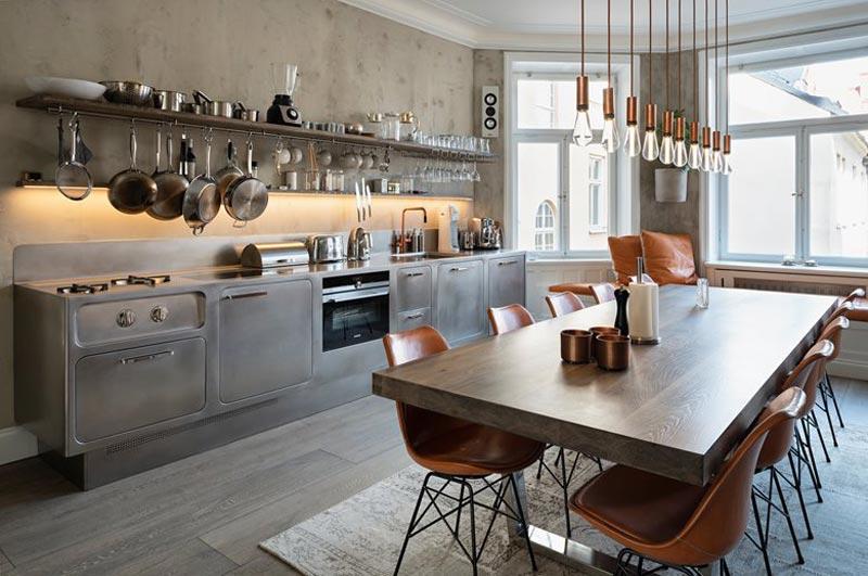 cucina acciaio e tavolo in legno