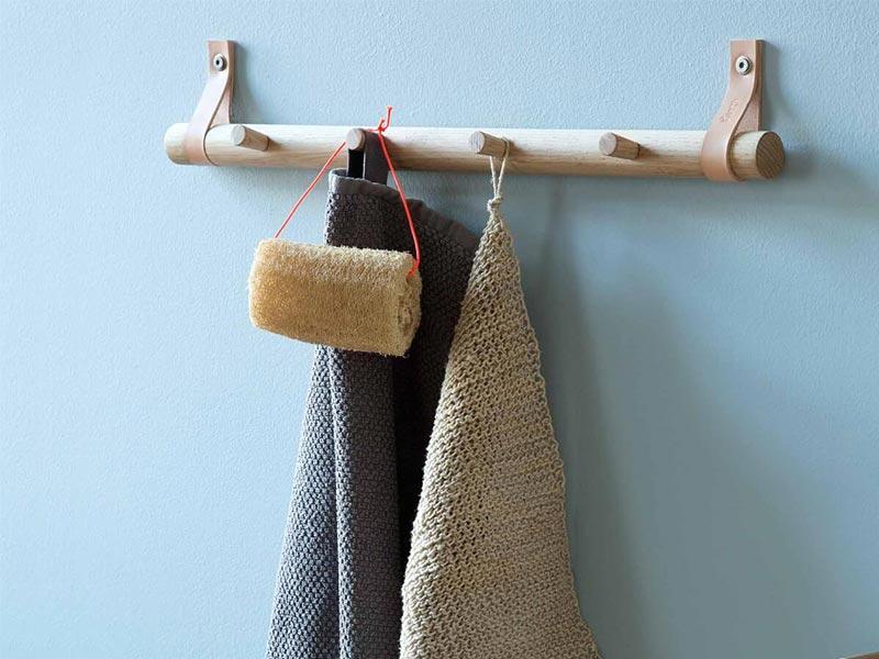 barra porta asciugamani legno e pelle