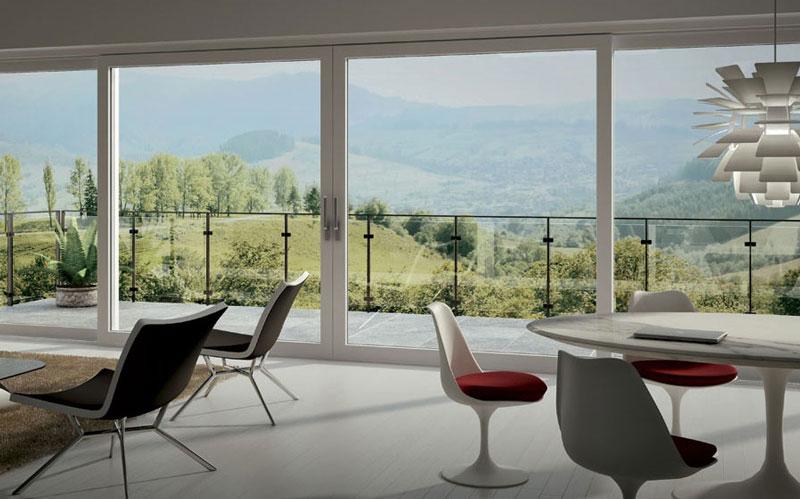 zona giorno con vetrate scorrevoli