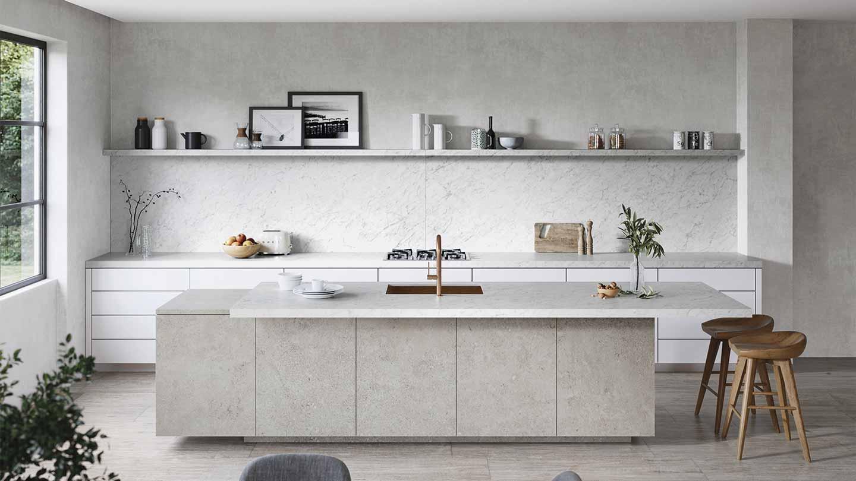 cucina con isola dai colori neutri