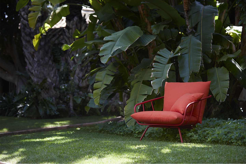 poltrona rossa in giardino