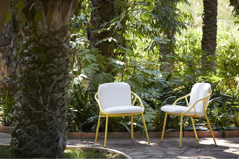 poltroncine gialle in giardino