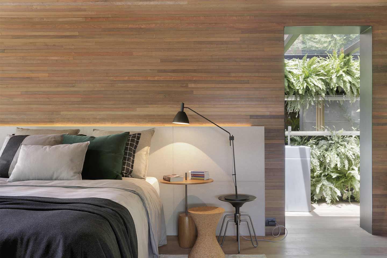 camera da letto con pareti rivestite in legno