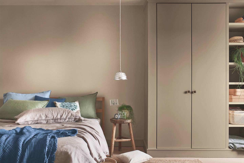 pareti beige in camera da letto