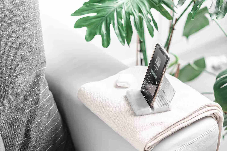 porta smartphone in marmo bianco
