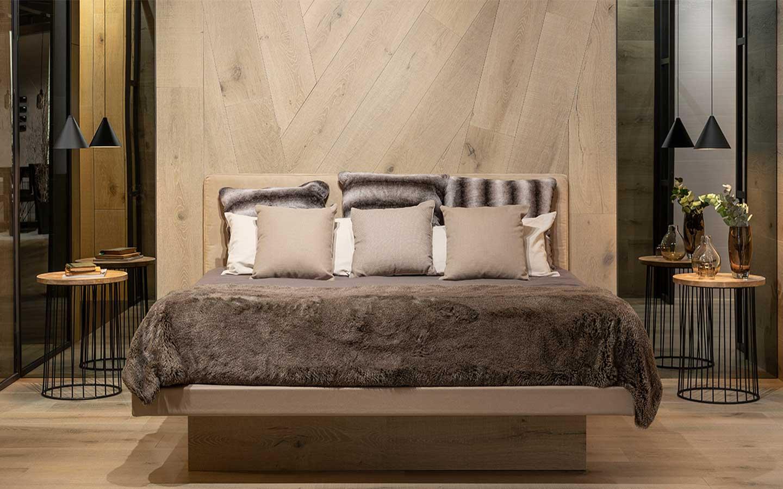 parete in ceramica effetto legno in camera da letto