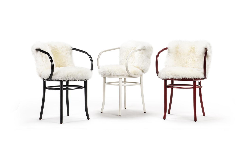 sedie in legno con pelliccia bianca