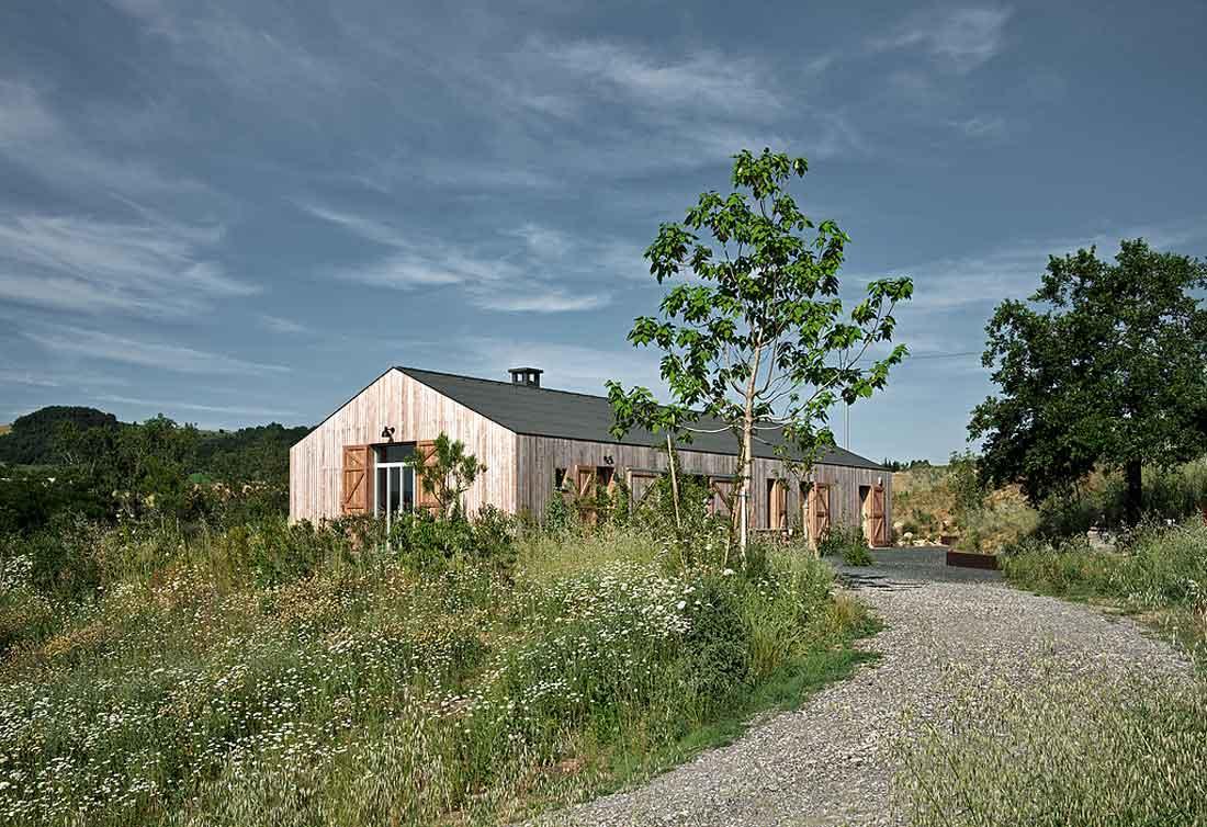casa di campagna rivestita con tavole di larice