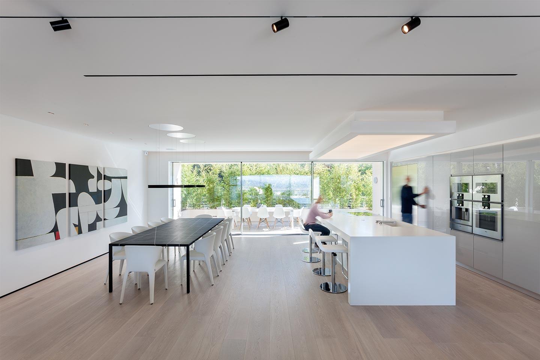 cucina con isola bianca e luminosa