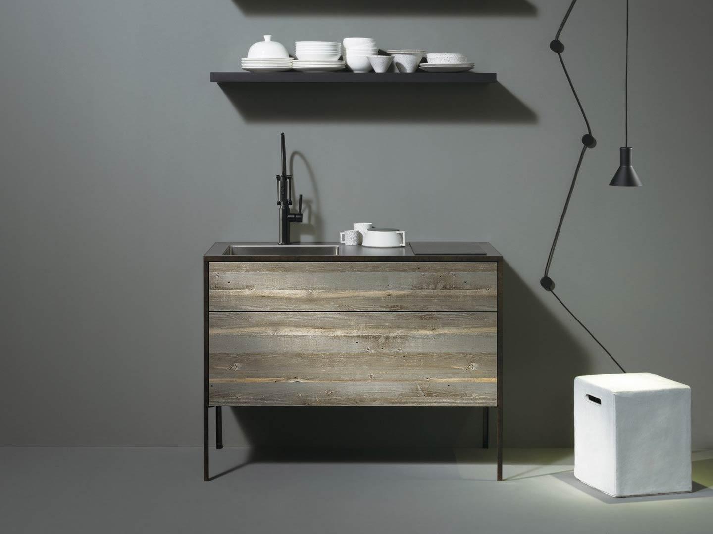 minicucina compatta in legno grezzo
