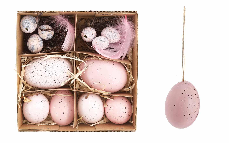 uova rosa d'appendere sull'albero di Pasqua
