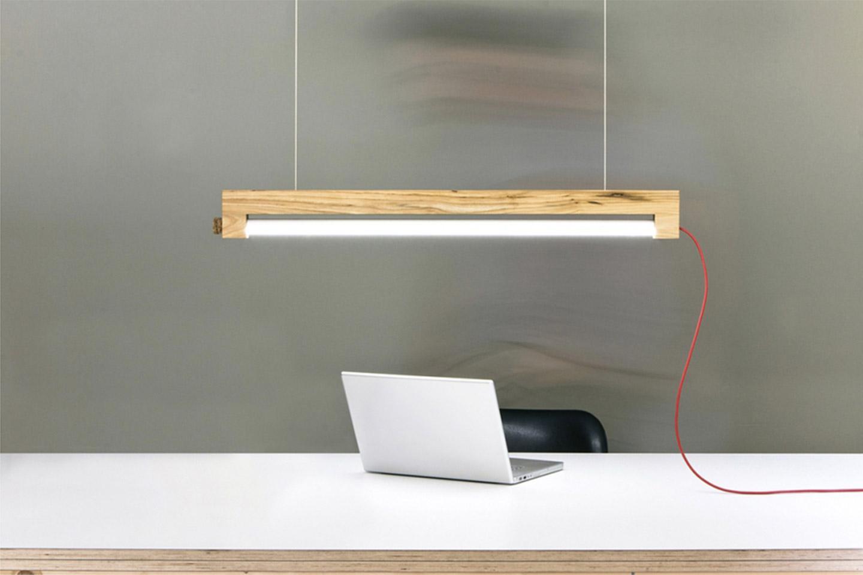 lampada sospesa con struttura in legno