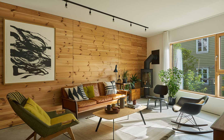 soggiorno scandinavo con parete in legno