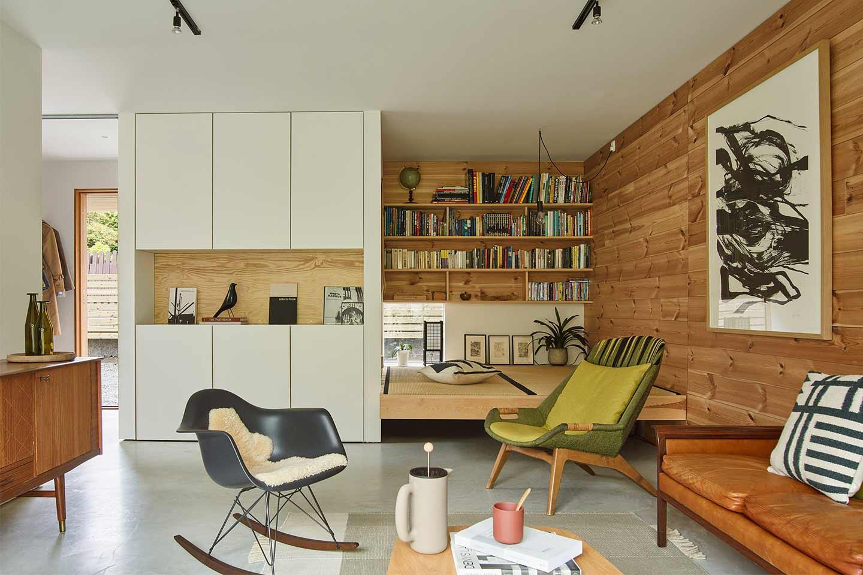 soggiorno scandinavo con pareti in legno di pino