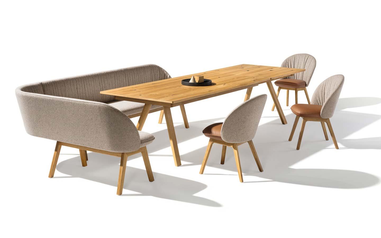 tavolo legno con panca angolare e sedie