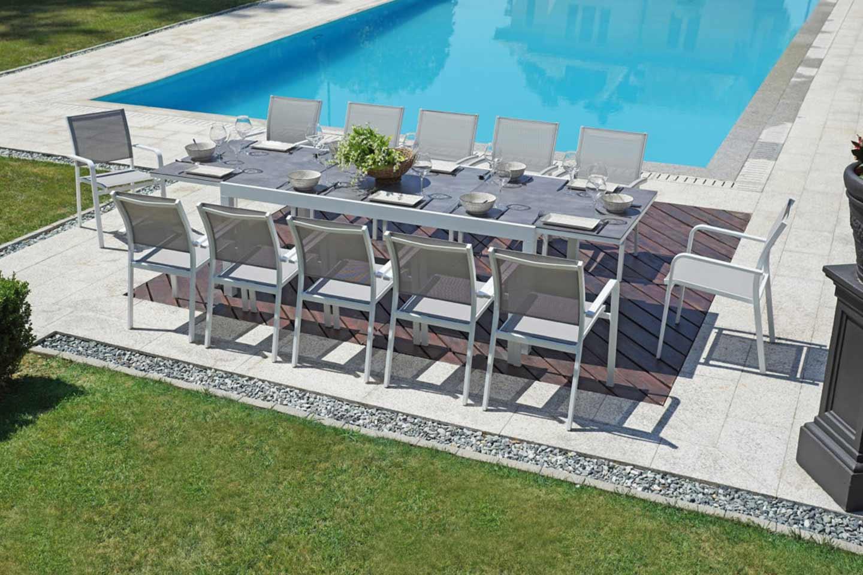 tavolo da pranzo a bordo piscina