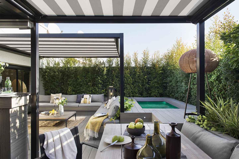 terrazza con piscina e zona pranzo