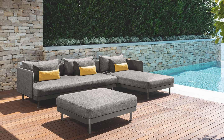 divano con penisola e pouf da esterno