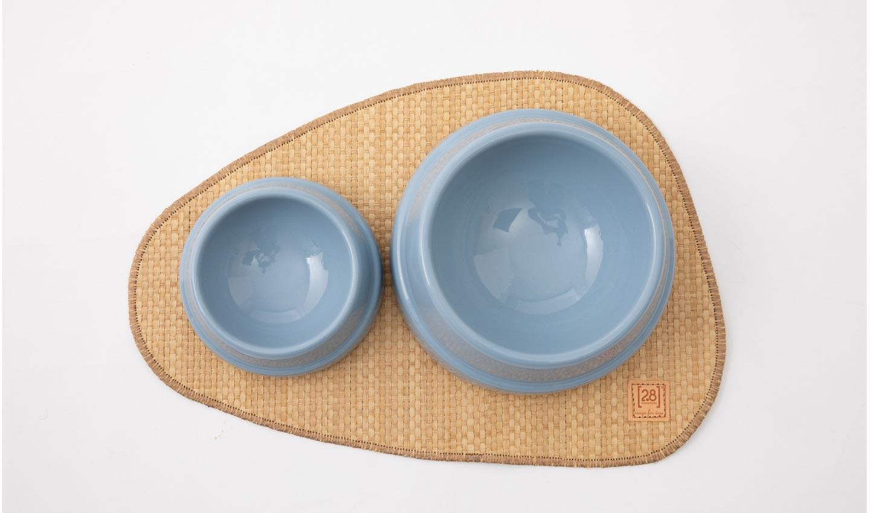 ciotole in ceramica con tovaglietta sotto-ciotola in carta